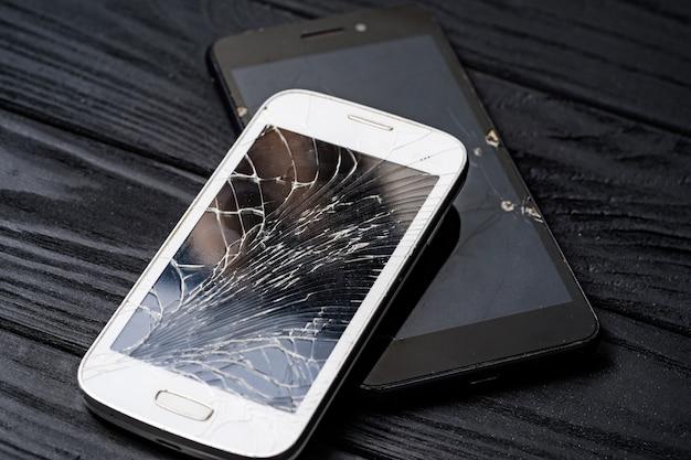Modernes kaputtes handy. smartphone mit kaputtem bildschirm