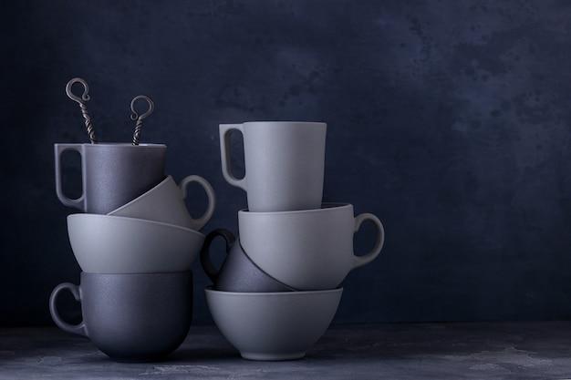 Modernes keramikgeschirr. schwarze und graue tassen, schalen