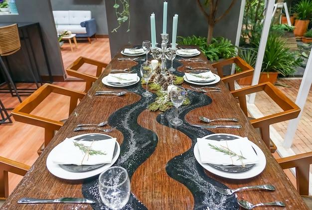 Modernes keramisches geschirr im esszimmer mit dem tabellensatz bereit zu einem netten mahlzeit
