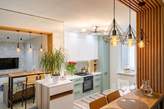Modernes klassisches weißes kücheninterieur mit essbereich