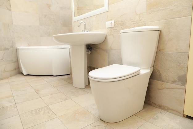 Modernes, komfortables badezimmer in hellbeiger farbe