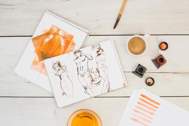 Modernes künstlerkonzept mit draufsicht des schreibtisches