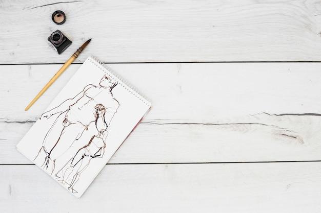 Modernes künstlerkonzept mit notizbuch und pinsel