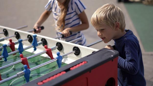 Modernes leben in einer großstadt - kinder spielen tischhockey auf der straße