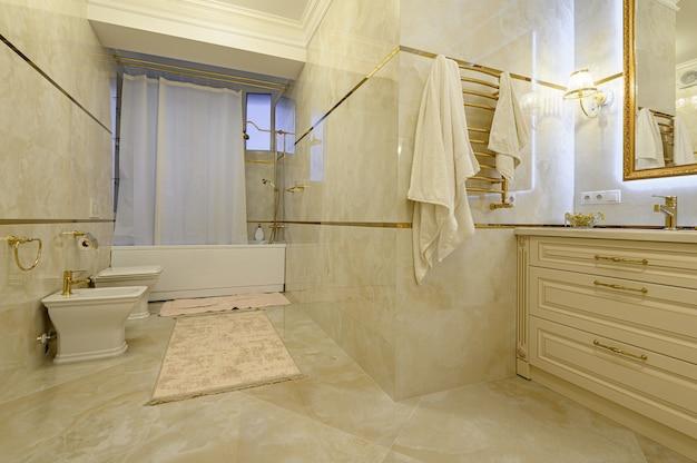 Modernes luxuriöses beige und goldenes badezimmer