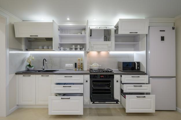 Modernes luxuriöses weißes kücheninterieur
