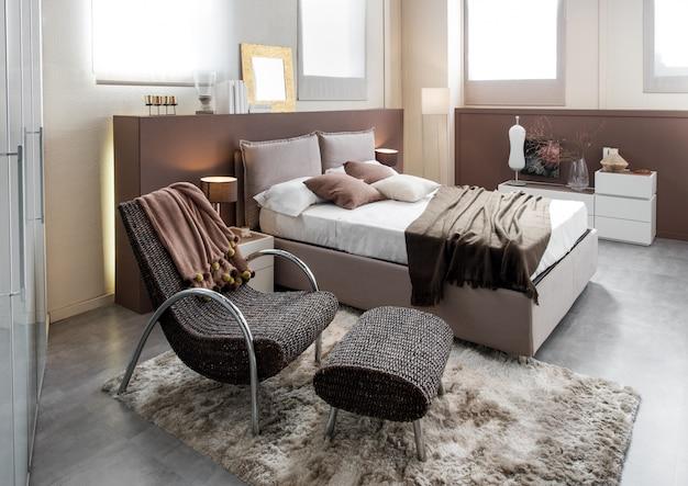 Modernes luxusschlafzimmer mit reclinerstuhl