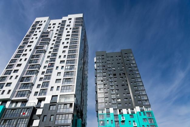 Modernes luxuswohngebäude gegen den himmel.