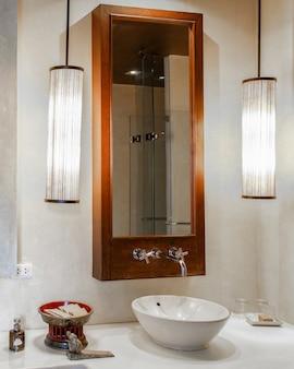 Modernes marmorwaschbecken in einer toilette
