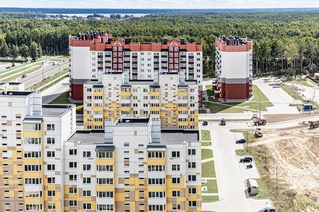 Modernes mehrstöckiges wohngebiet. hypothekendarlehen für eine junge familie. weißrussland. soligorsk.