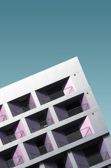 Modernes metallgebäude unter dem blauen himmel