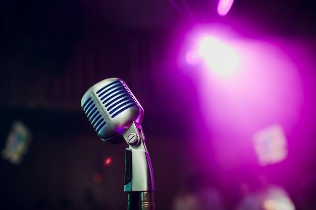 Modernes mikrofon zum singen gegen schönes verschwommenes bokeh.