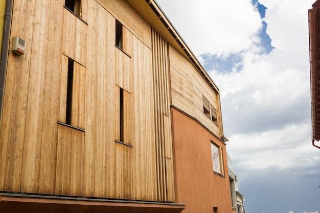 Modernes minimalistisches artziegelsteinhaus mit hölzerner bedeckung.