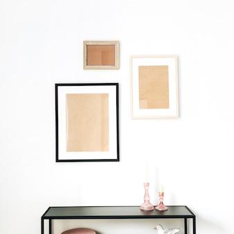 Modernes minimalistisches skandinavisches innendesignkonzept, verziert mit nachgebildeten fotorahmen, vogelfigur, gestell auf weiß.
