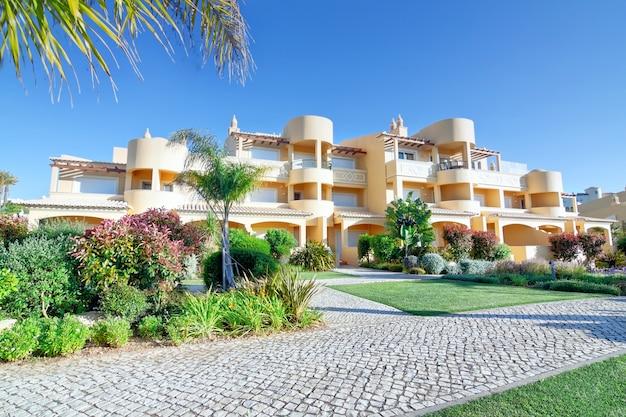 Modernes neues villenhotel für einen urlaub mit der familie. sommer. quinta vila boa nova.