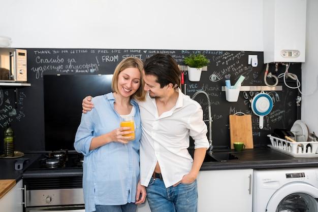 Modernes paar in der küche