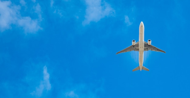 Modernes passagierflugzeug auf blauem himmel, kopienraum