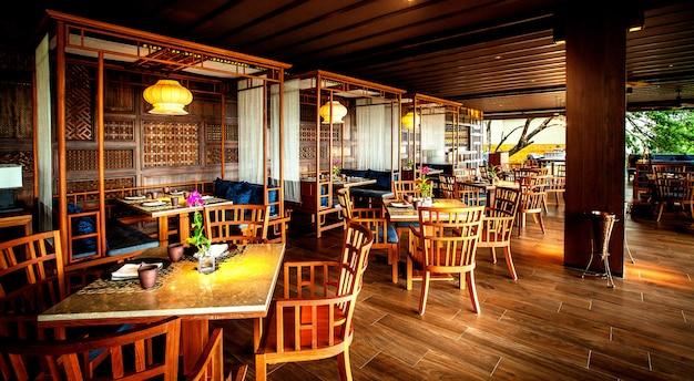 Modernes restaurant im luxuriösen hotel.