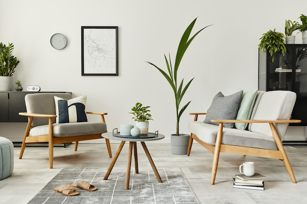 Modernes retro-konzept der inneneinrichtung mit design-sofa, teppich und persönlichen accessoires. stilvolle wohnkultur des wohnzimmers.