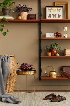 Modernes retro-konzept der wohnzimmereinrichtung mit stilvollen möbeln, buch, bilderrahmen, dekoration frame