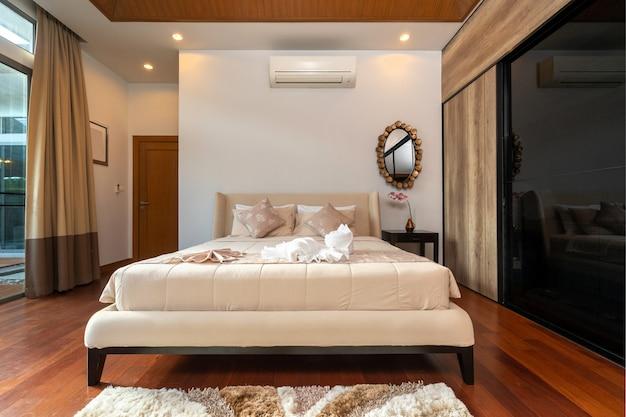 Modernes schlafzimmer mit schreibtisch und bettwäsche