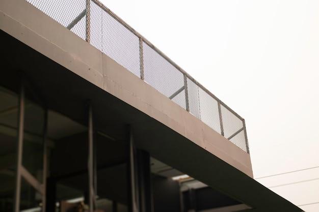 Modernes shop-design mit dach im freien