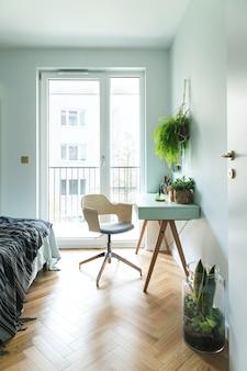 Modernes skandinavisches interieur des home office mit design-tabellenvorlage