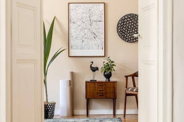 Modernes skandinavisches wohnzimmer mit braunem posterrahmen, design-retro-kommode, stuhl, rattan-dekor, teppich, pflanzen und eleganten accessoires. . stilvolles homestaging. japandi.