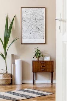 Modernes skandinavisches wohnzimmer mit mock-up-posterrahmen, design-retro-kommode, karten, pflanze in stilvollem topf und eleganten accessoires. beige wand. japandi. vorlage. stilvolle wohnkultur.