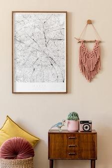 Modernes skandinavisches wohnzimmer mit posterrahmen, design-retro-kommode, makramee, farbkissen und eleganten persönlichen accessoires. japandi. . stilvolle wohnkultur. beige wand