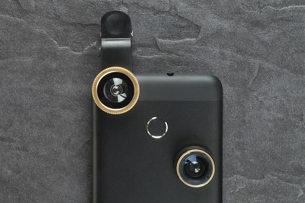Modernes smartphone mit zusätzlichem objektiv. der blick von oben.