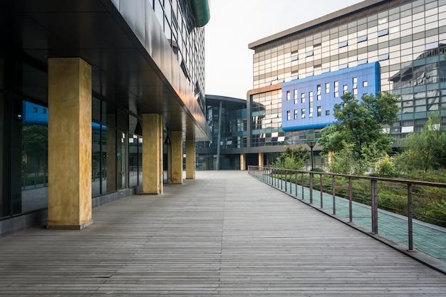 Modernes stadtgeschäftsgebäude und leerer boden