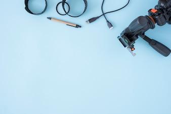 Modernes Stativ; Verlängerungsringe mit Kabel und Stift über blauem Hintergrund