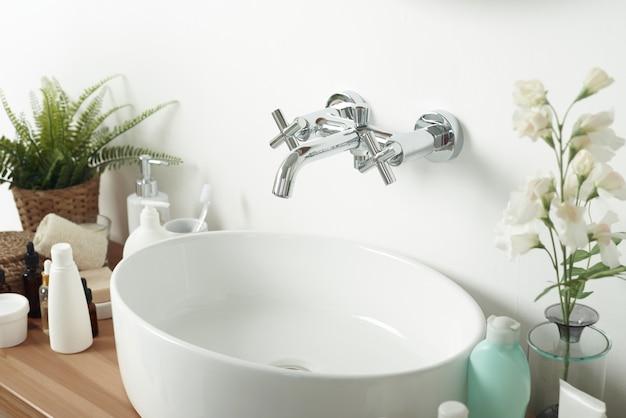 Modernes, stilvolles badezimmer in einer modernen wohnung