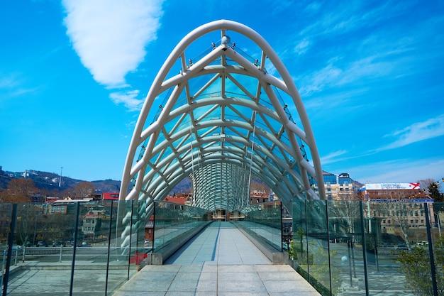 Modernes stilvolles design aus glas und metall, fußgängerbrücke über den fluss kura in tiflis