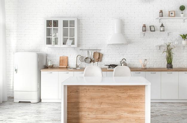 Modernes stilvolles skandinavisches kücheninterieur mit küchenzubehör. hellweiße küche mit haushaltsgegenständen.