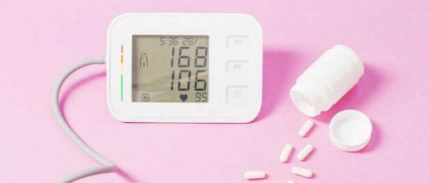 Modernes tonometer auf rosa hintergrund