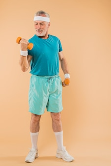 Modernes training des älteren mannes mit dummköpfen