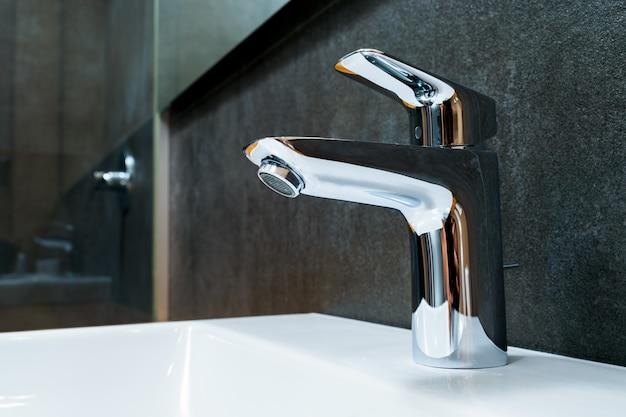 Modernes und zeitgemäßes badezimmerdetail in einem luxushaus, wascharmatur aus verchromtem wasserhahn