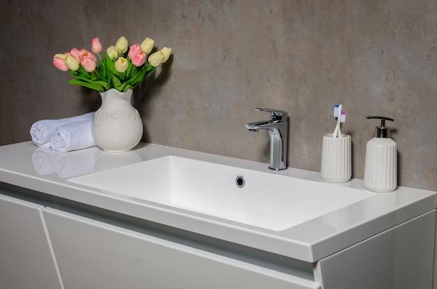 Modernes waschbecken im modernen badezimmer.