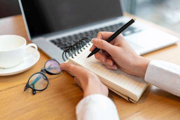 Modernes weibliches schreiben im notizblock