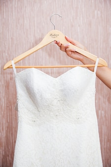 Modernes weißes hochzeitskleid