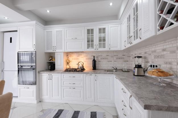 Modernes weißes hölzernes kücheninterieur