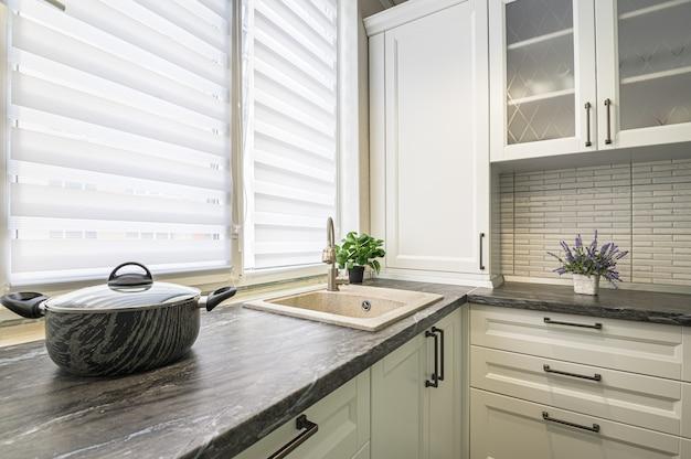 Modernes weißes kücheninterieur