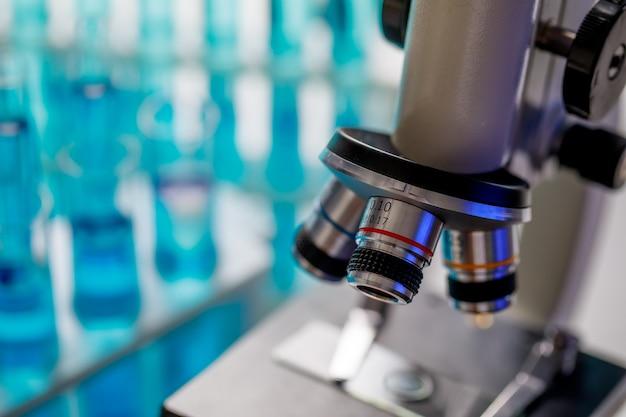 Modernes wissenschaftliches mikroskop mit drei selektiven linsenobjektiven für verschiedene vergrößerungen.