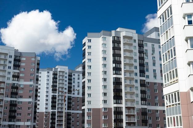 Modernes wohngebiet, häuser an einem sonnigen tag. exterieur, fassade eines wohnhauses.