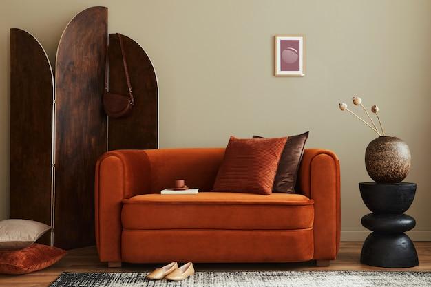 Modernes wohnkonzept mit design-sofa, holz-raumteiler, kissen, decke, bilderrahmen, seitlichem holzhocker und eleganten persönlichen accessoires in stilvoller wohnkultur.