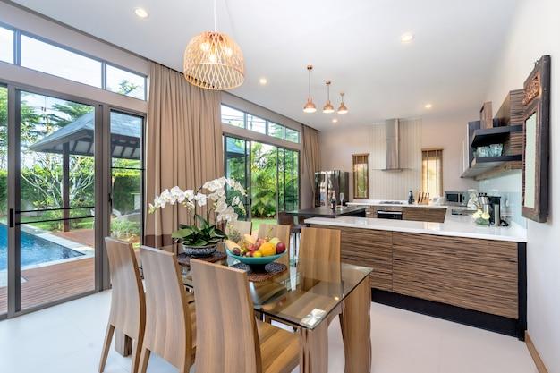Modernes wohnzimmer in geräumigem haus