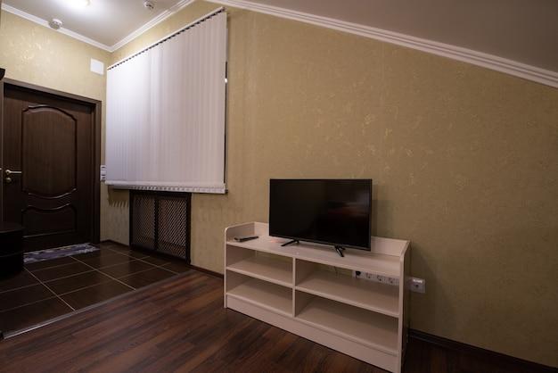 Modernes wohnzimmer interieur. fernseher im zimmer.