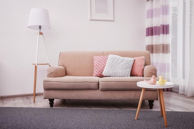 Modernes wohnzimmer interieur mit gemütlichem sofa